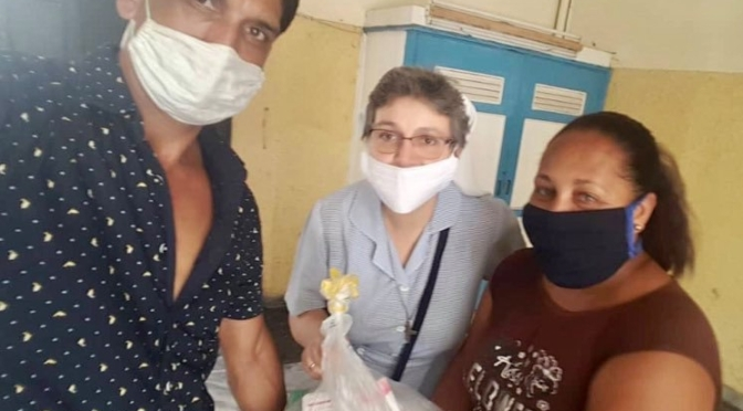 DISTRIBUTION DE MÉDICAMENT DANS UNE COMMUNAUTÉ DE LA HAVANE.